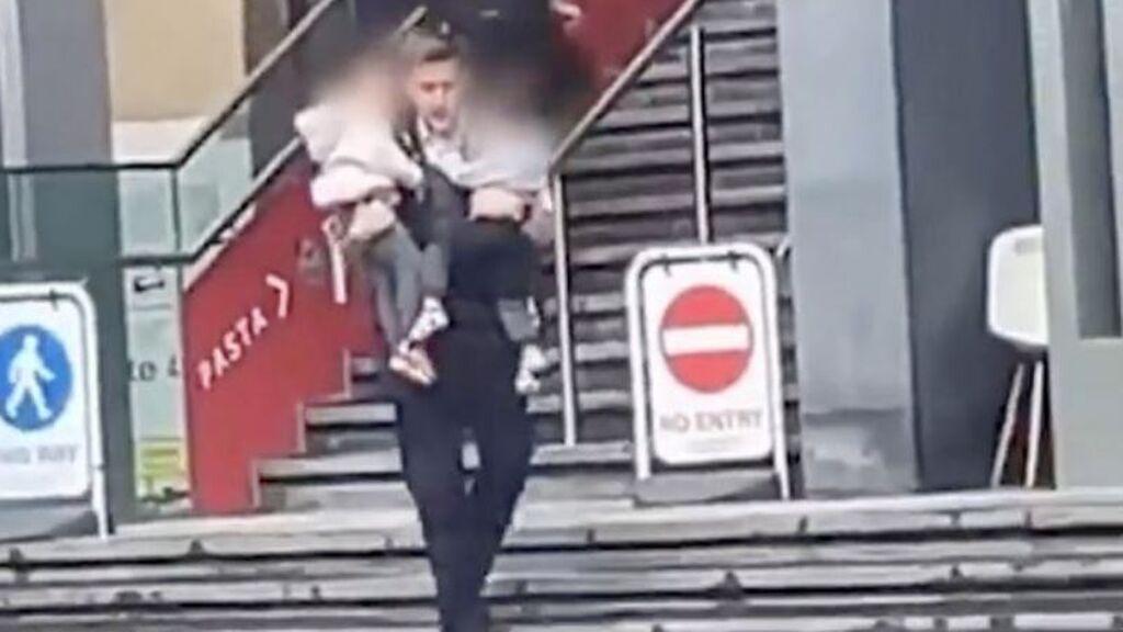 Un policía salva de las llamas a dos niños en el incendio de la estación de trenes de Londres