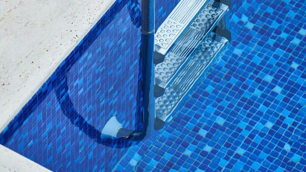Cómo limpiar la piscina y mantener el agua siempre a punto