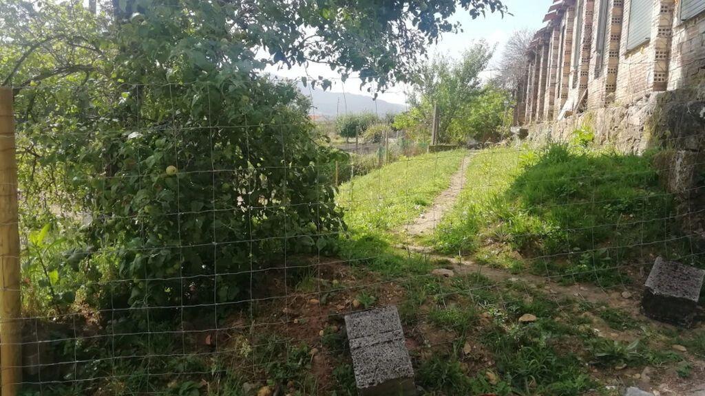Camino de tierra propiedad de una vecina por el que Rosa accedía, hasta ahora, a su casa.