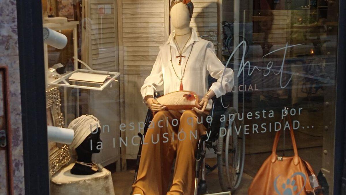 La historia del maniquí en silla de ruedas en un escaparate de San Sebastián