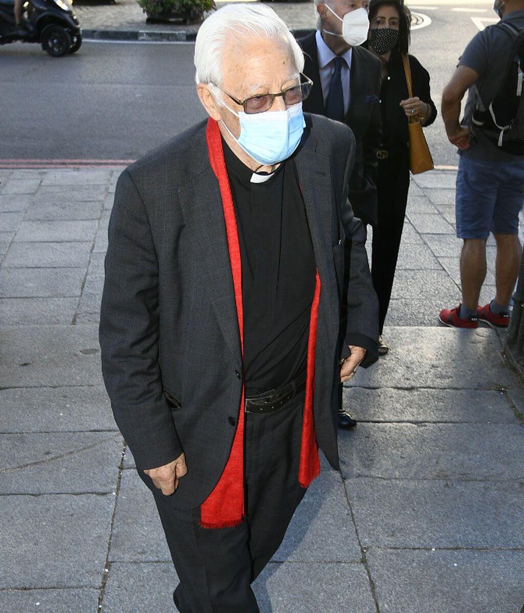 El Padre Ángel fue el encargado de oficiar la misa en memoria del aristócrata