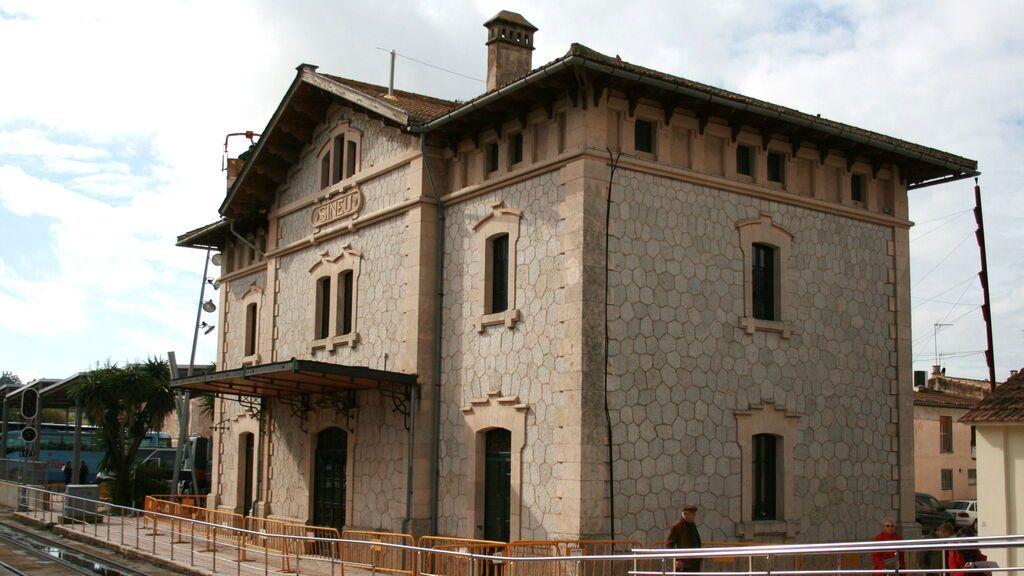 La fachada de la estación de ferrocarril de Sineu.