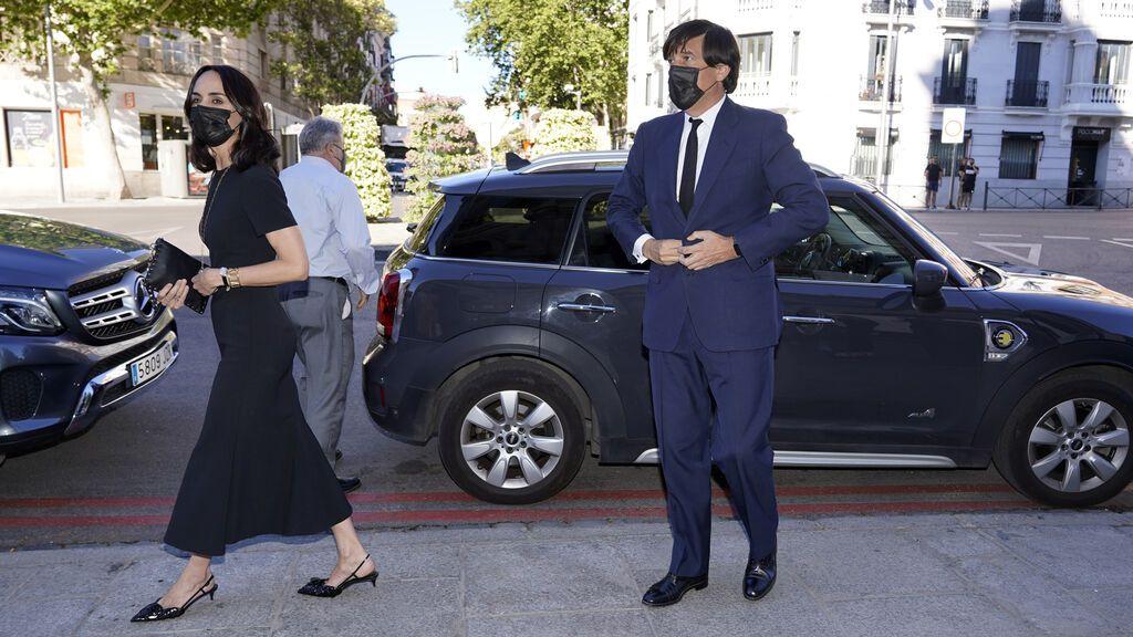 Manuel Falcó Girod, hijo mayor del difunto, llegó acompañado de su mujer, Amparo Corsini