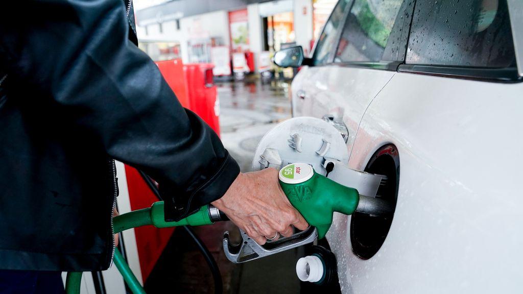 Economía.- Seleccionar las gasolineras más baratas puede propiciar un ahorro anual de 250 euros, según la OCU