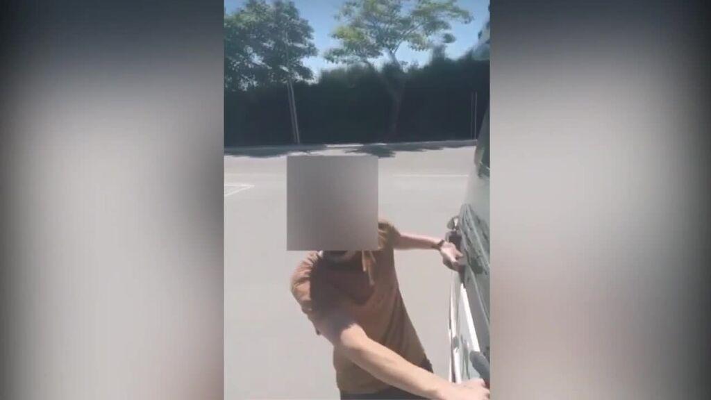 Graba a un alumno agarrado al morro del camión en marcha