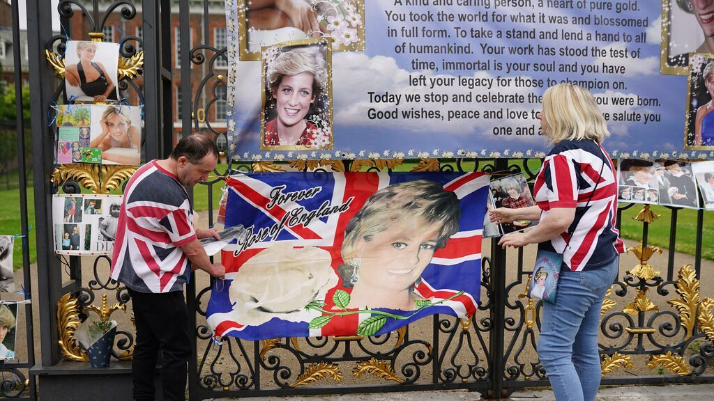 EuropaPress_3817415_30_june_2021_united_kingdom_london_people_place_flag_printed_with_image_of
