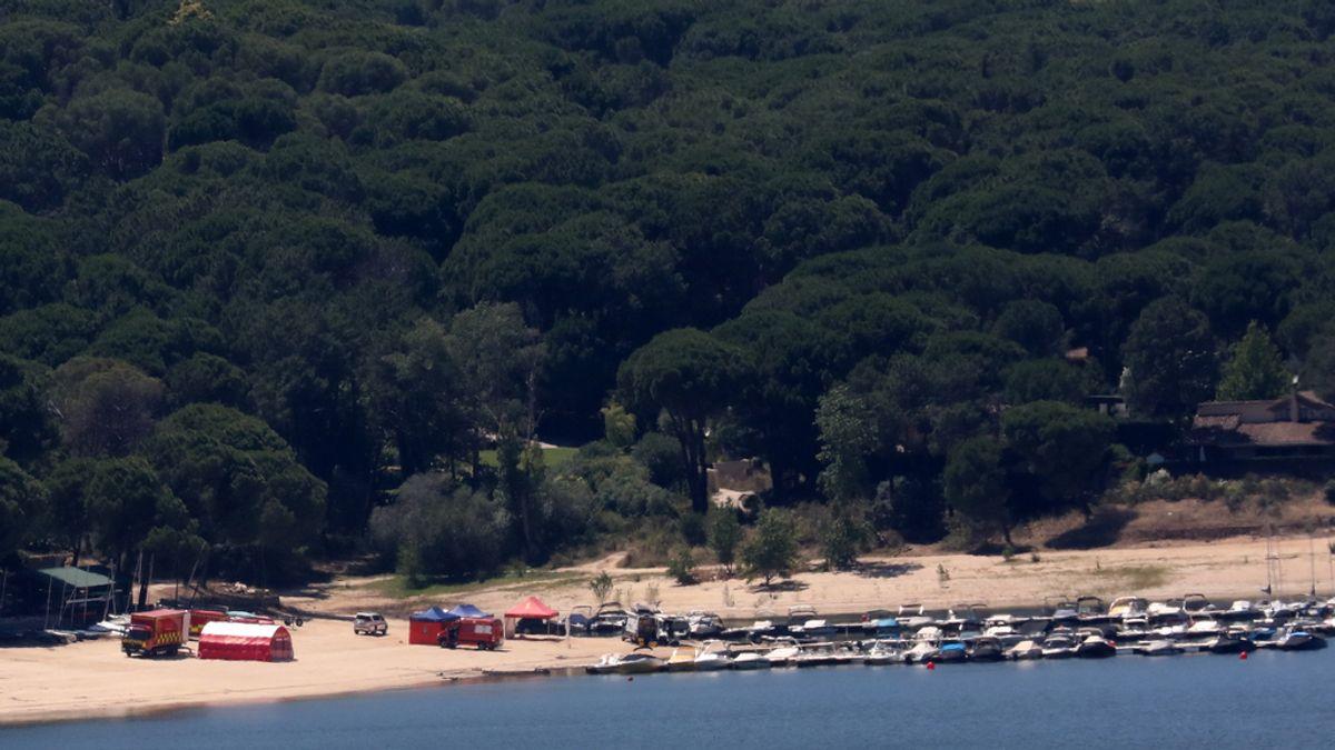 Dos embarcaciones de Bomberos continúan durante la noche buscando a la niña desaparecida en el embalse