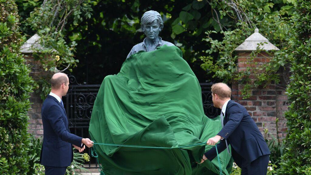 Guillermo y Harry, encargados de descubrir la estatua