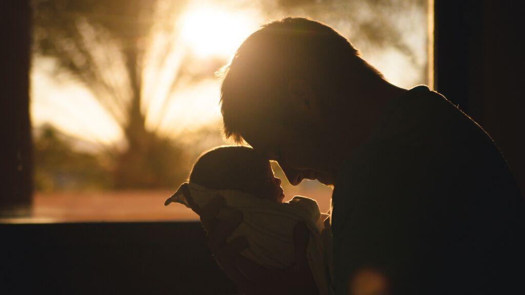 Francia alarga la baja por paternidad de 14 a 28 días a partir de ahora