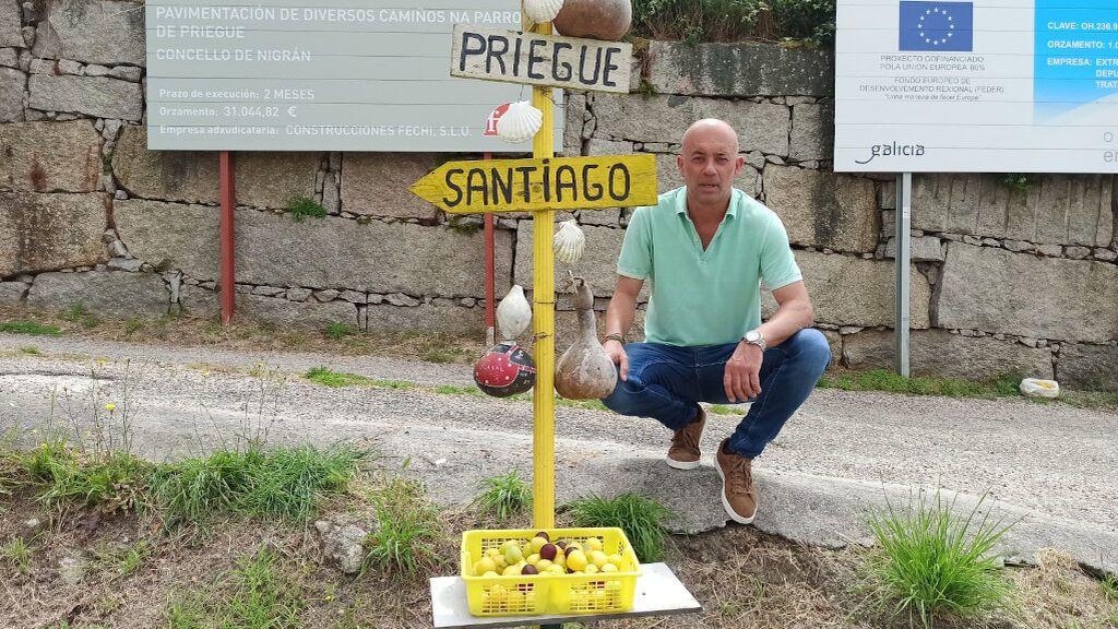 Todos los días, Paco coloca en esta cesta fruta fresca para los peregrinos