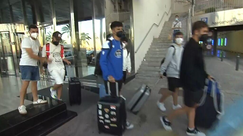 Los jóvenes dejan el hotel de Mallorca para coger un ferry