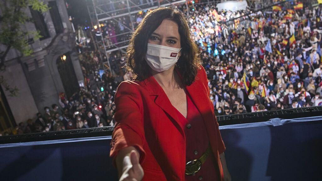 Isabel Díaz Ayuso posa en el balcón de Génova la noche electoral del 4 de mayo
