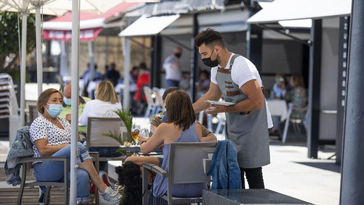 Camarero trabajando en una terraza en Sanxenxo (Pontevedra)