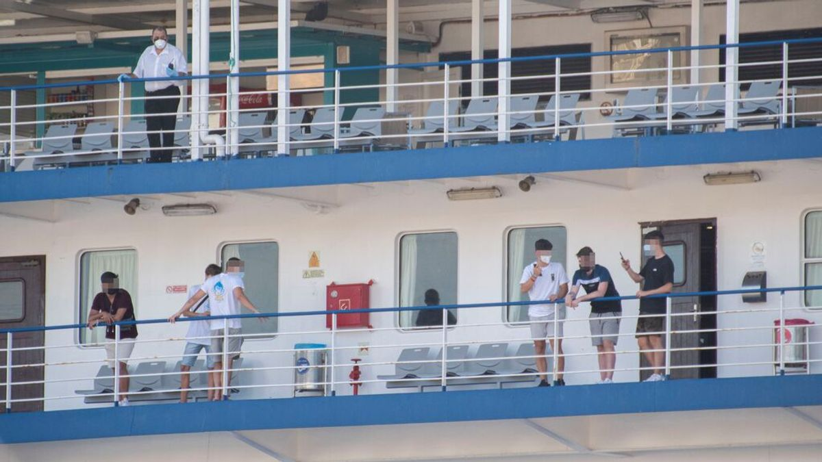 Un total de 165 jóvenes del hotel de Mallorca embarcan en el ferry hacia Valencia