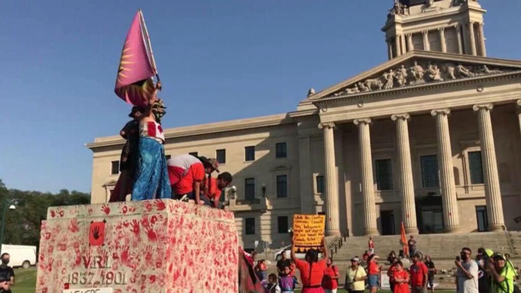 Protestas y estatuas de la reina Isabel II derribadas el Día de Canadá por las tumbas de niños indígenas