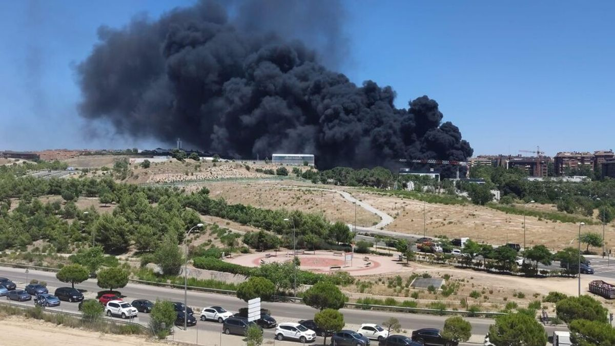 Enorme columna de humo por un incendio en un centro comercial en obras en Mirasierra, Madrid
