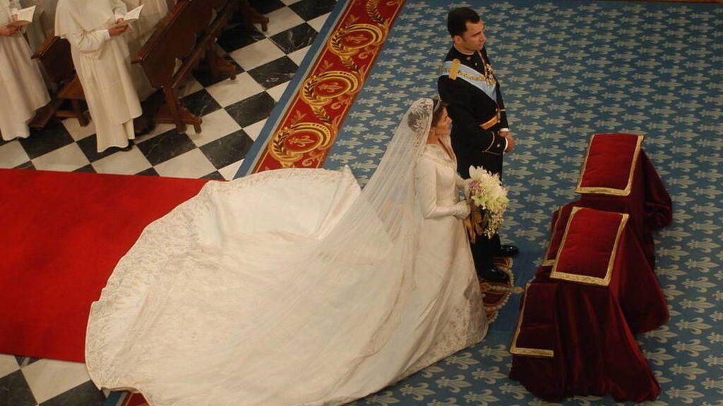 Lo que más llamó la atención fue el cuello del vestido y el velo.