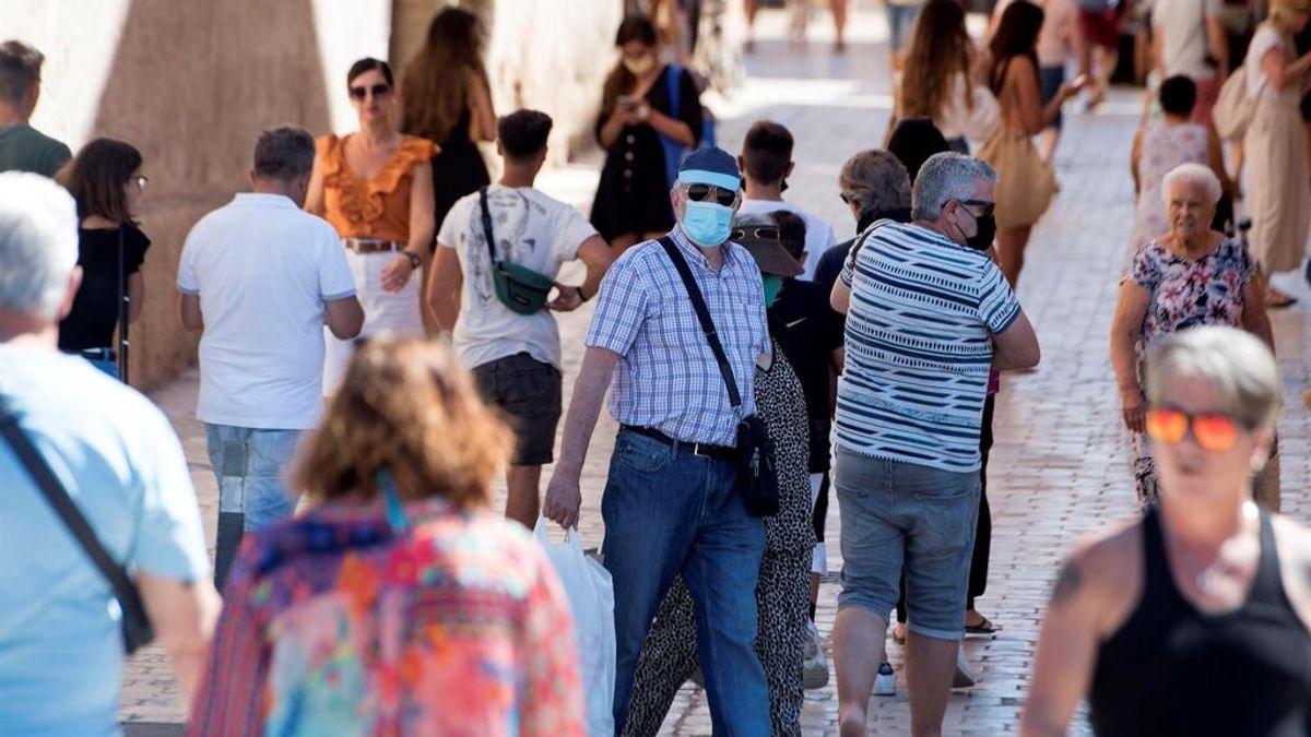 Un hombre con mascarilla camina por el casco histórico de Ciutadella, Menorca