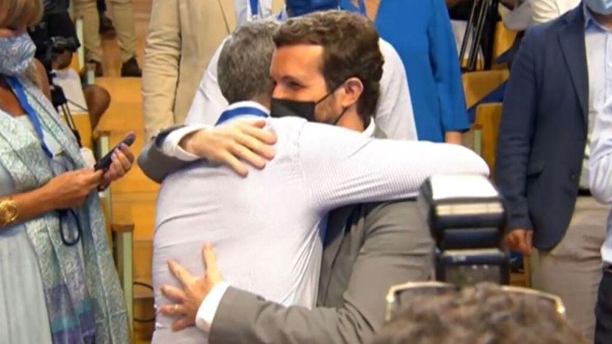 El abrazo más comentado: Casado apoya a Cantó, nombrado de director de la Oficina de Defensa del Español
