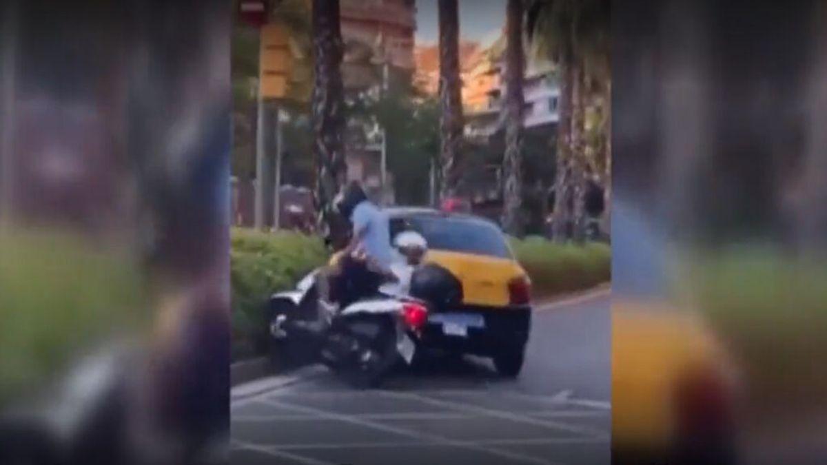 Suspenden la credencial del taxista que embistió a una moto con dos ocupantes, uno de ellos menor