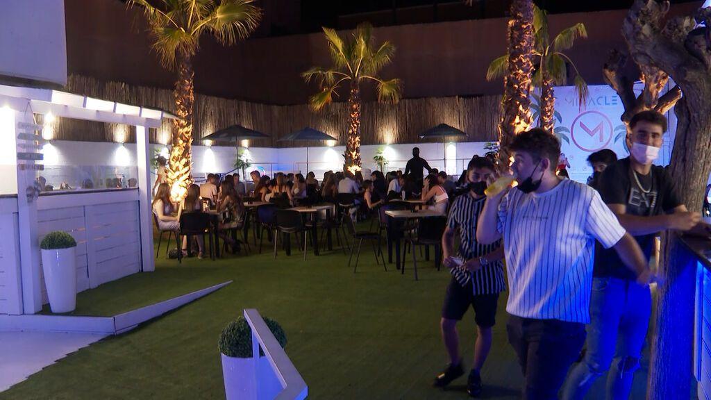 Clientes de la discoteca Miracle aplauden la demostración que se practica antes de ingresar