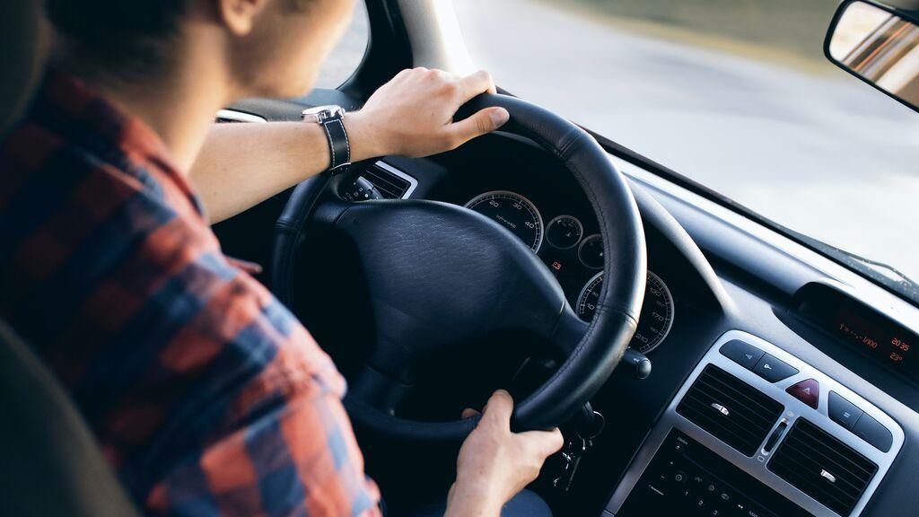 Cuándo utilizar el claxon del coche está penalizado por la DGT y qué multas tiene