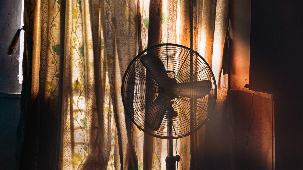 Dormir a la fresca: ¿y si acostarnos con el ventilador no fuese tan buena idea?