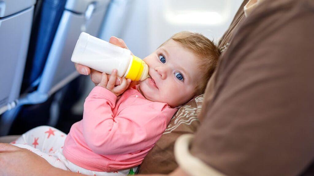 Esta es la documentación que necesita un bebé para viajar en avión: cuándo será necesario el DNI o el pasaporte.
