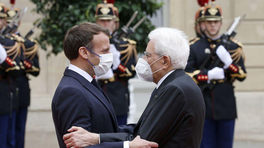 """El presidente francés Macron recibe al italiano Mattarella: """"Tenemos un vínculo único"""""""