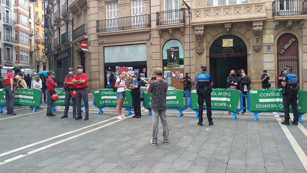 Controles de aforo en los accesos de la Plaza del ayuntamient de Pamplona.