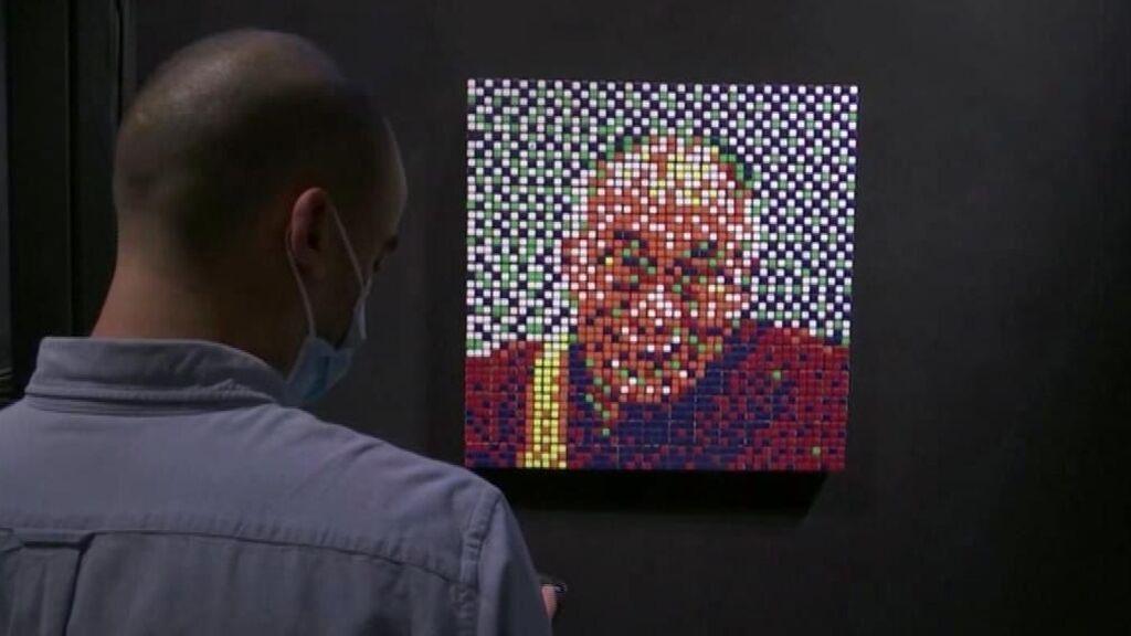Un retrato del Dalái Lama hecho con cubos Rubik, vendido por 468.000 euros