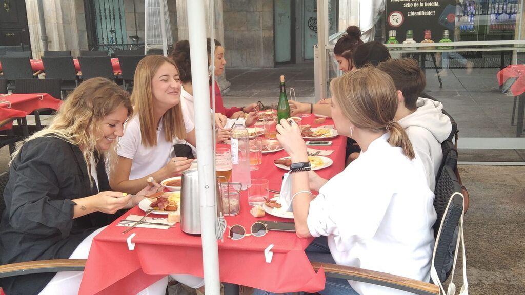 Una cuadrilla almuerza en un local de la Plaza del Castillo.