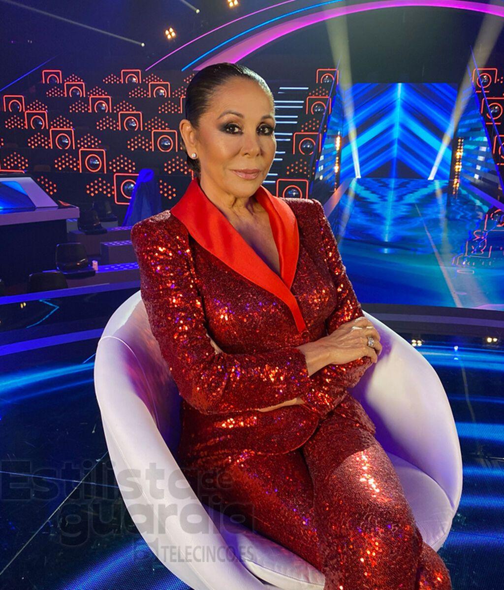 Isabel con smoking rojo