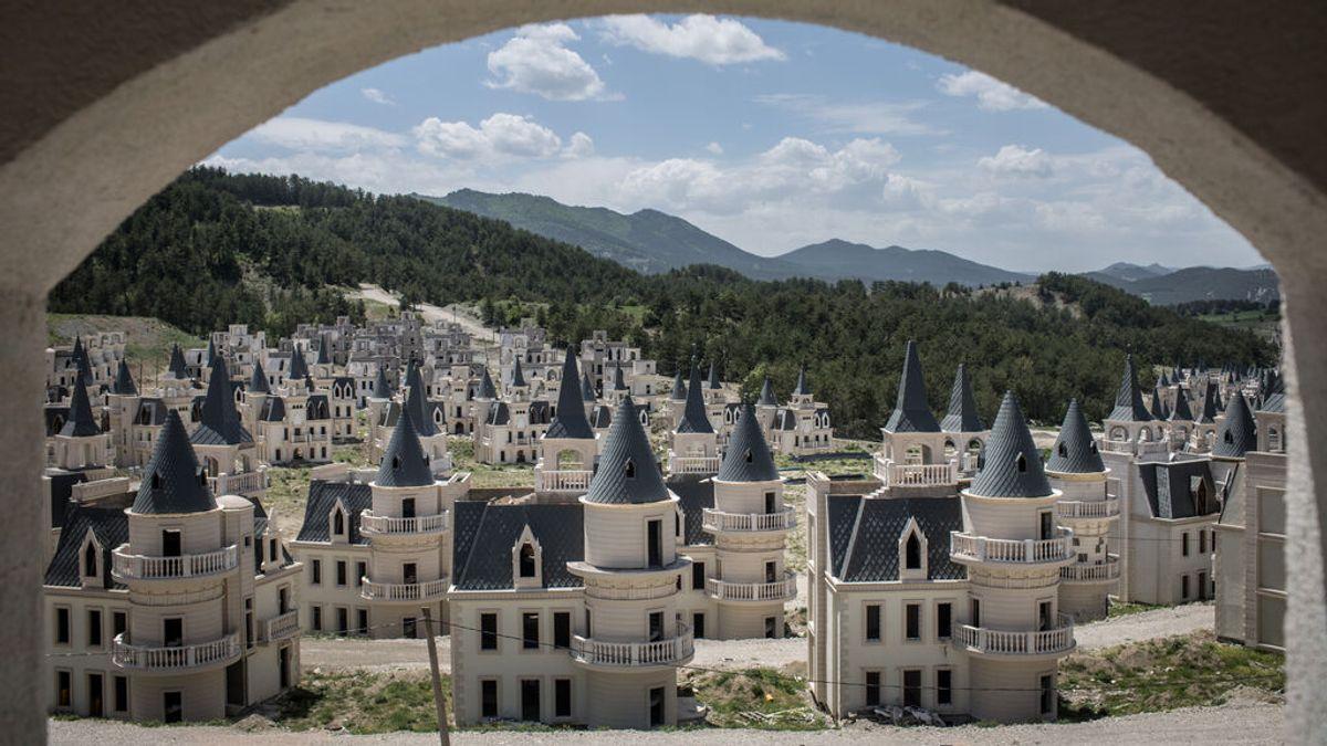 Burj Al Babas: un pueblo fantasma con cientos de castillos vacíos estilo Disney Land