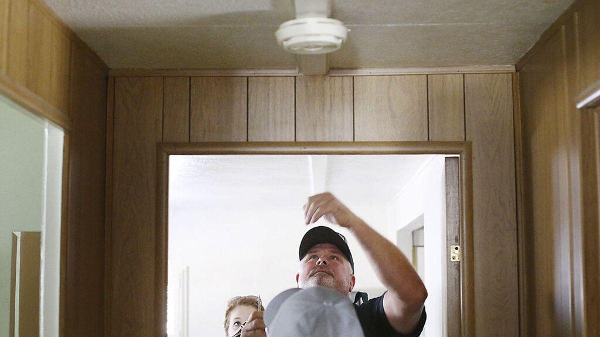 Mis padres se han dejado la vitro encendida: qué tener en cuenta para instalarles un detector de humo y evitar sustos mayores