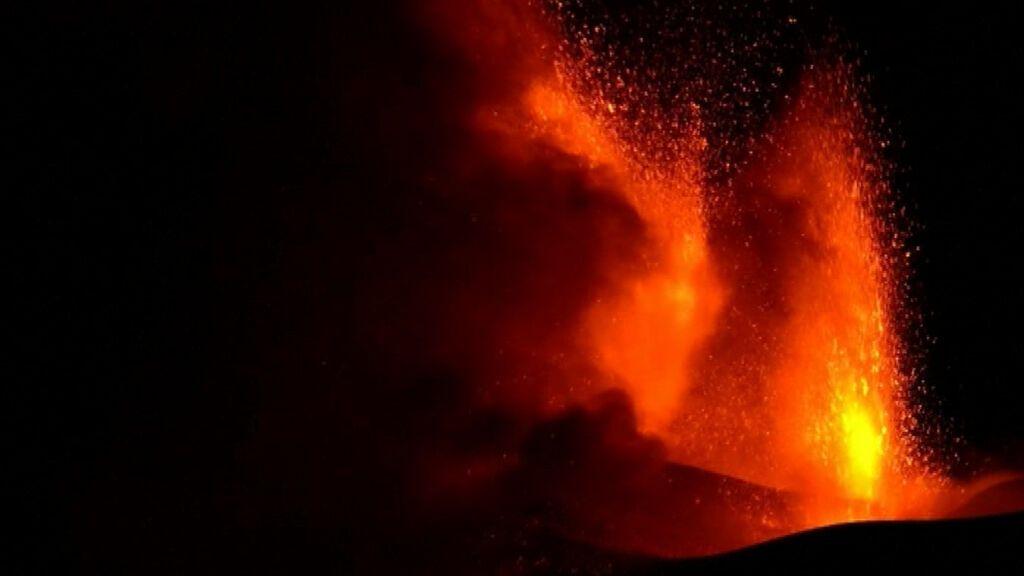 El volcán Etna vuelve a rugir con fuerza y paraliza durante horas el aeropuerto de Catania