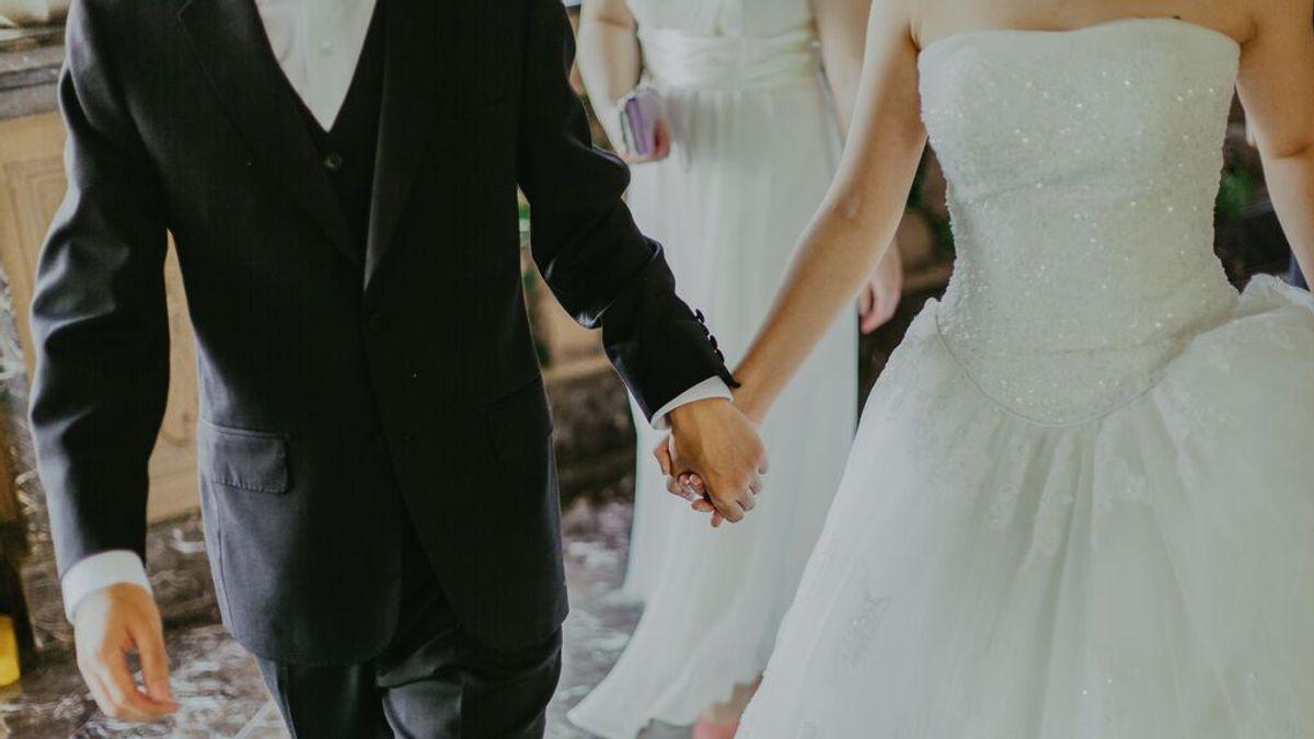 Investigan brote de variante delta entre vacunados con un muerto en una boda al aire libre en EEUU