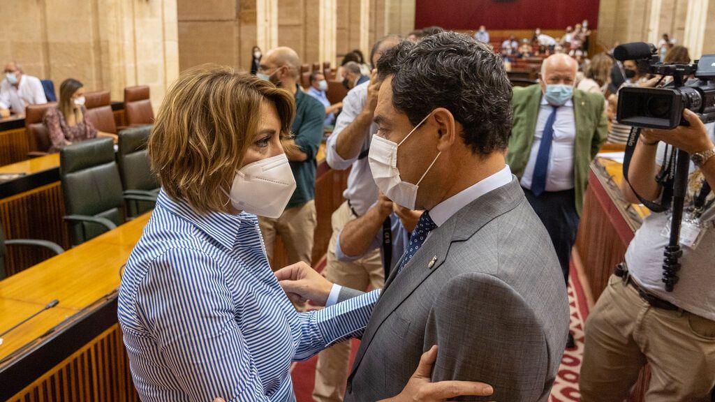 Susana Díaz y Juanma Moreno se saludan en el Parlamento andaluz