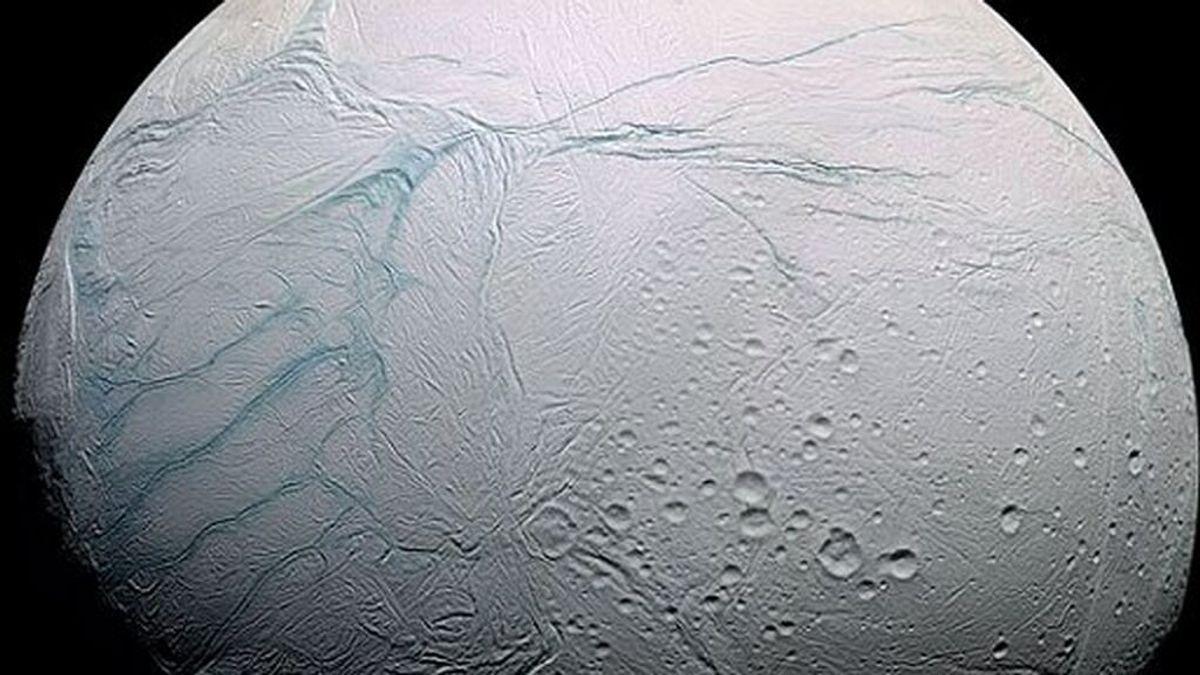 El metano detectado en Encélado sugiere que puede albergar microbios