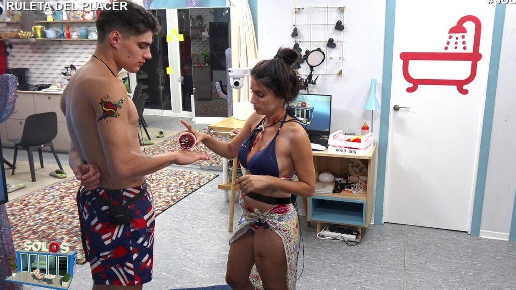 Julen e Inma suben la temperatura del pisito de 'Solos' con la 'ruleta del placer'