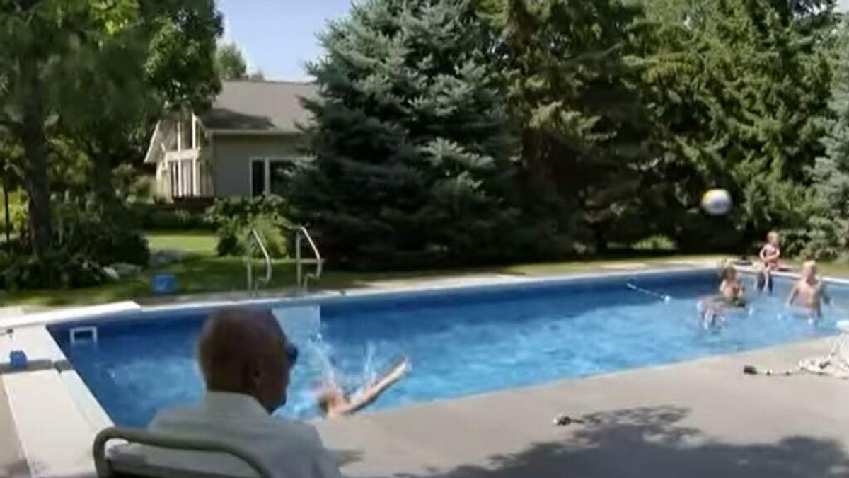 Keith Davidson, el juez de 94 años que ha convertido en nietos a los hijos de sus vecinos, gracias a una piscinaK
