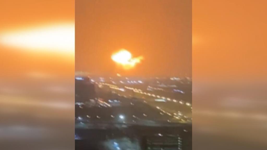 Una tremenda explosión en un buque de Dubái genera un gran incendio: se ha escuchado en toda la ciudad