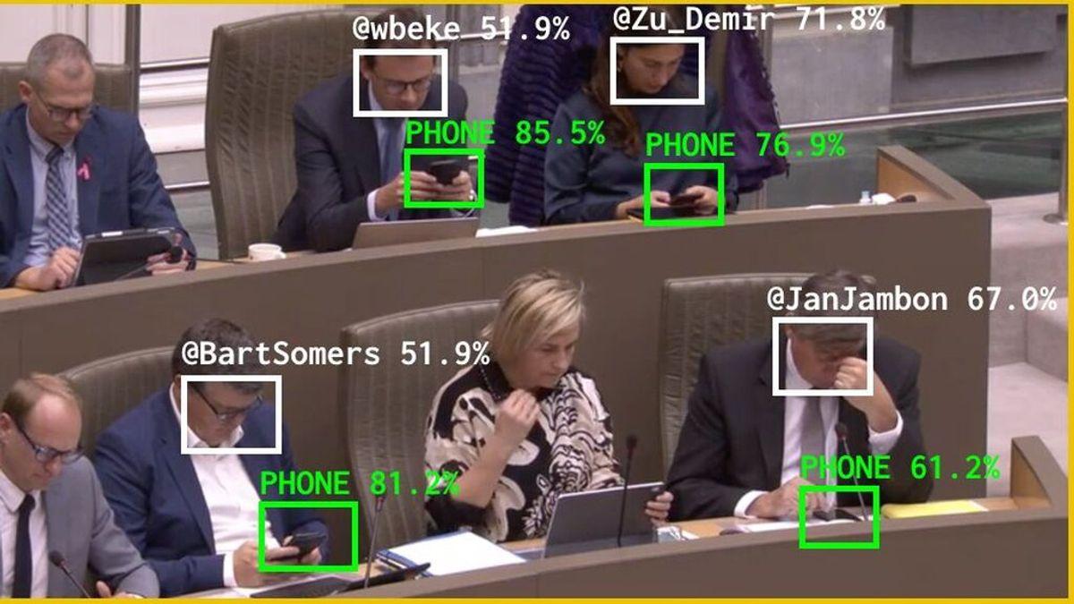 La inteligencia Artificial expone a los diputados belgas que miran el móvil
