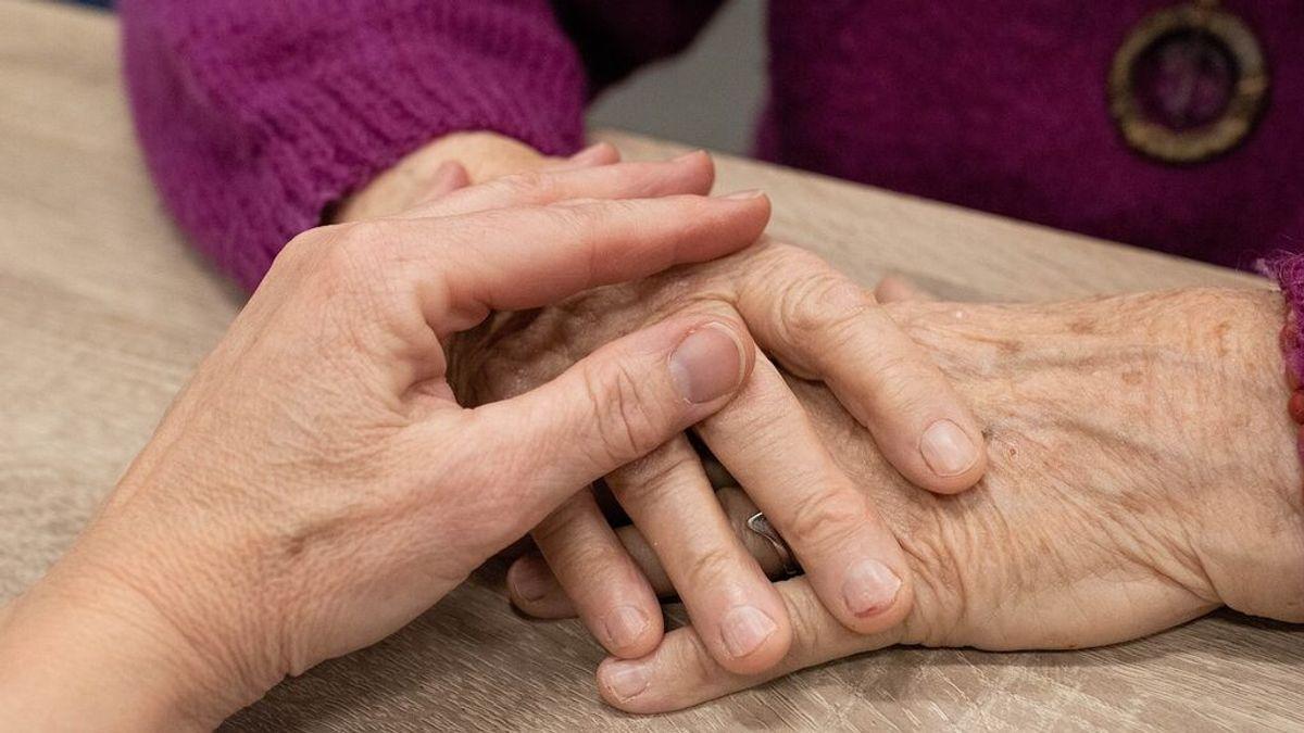 Un médico Instala un hospital en casa para salvar la vida de su madre enferma de covid
