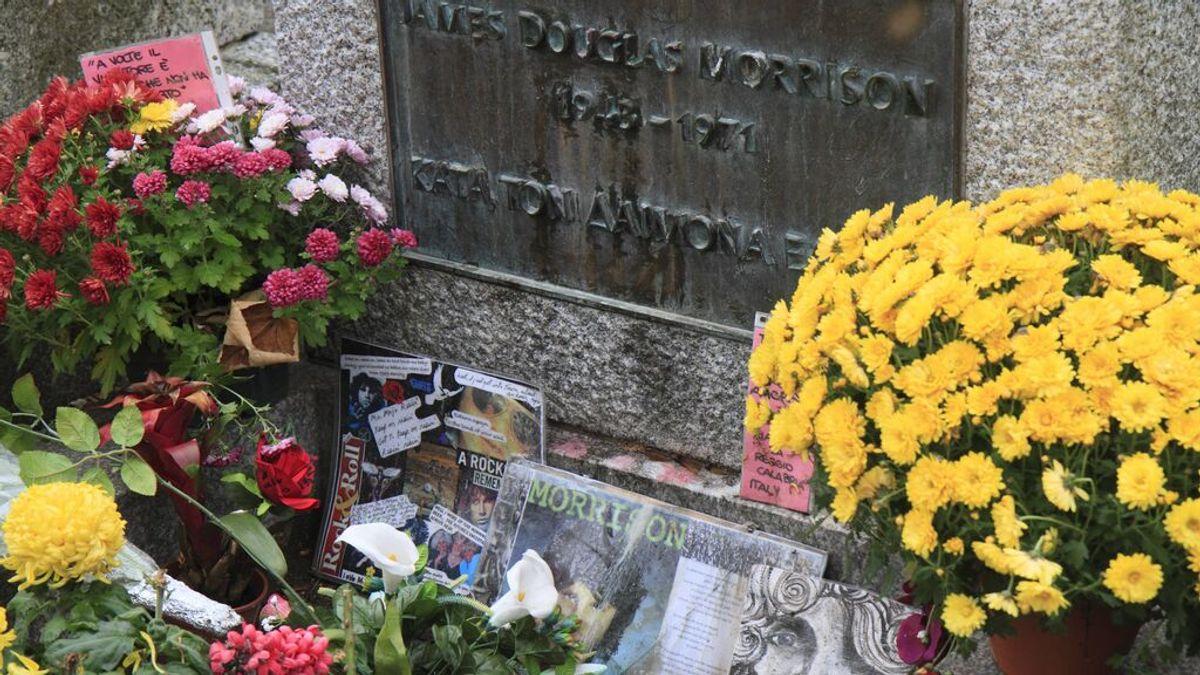 Música, poemas y flores: el homenaje a Jim Morrison en su tumba por el 50 aniversario de su muerte