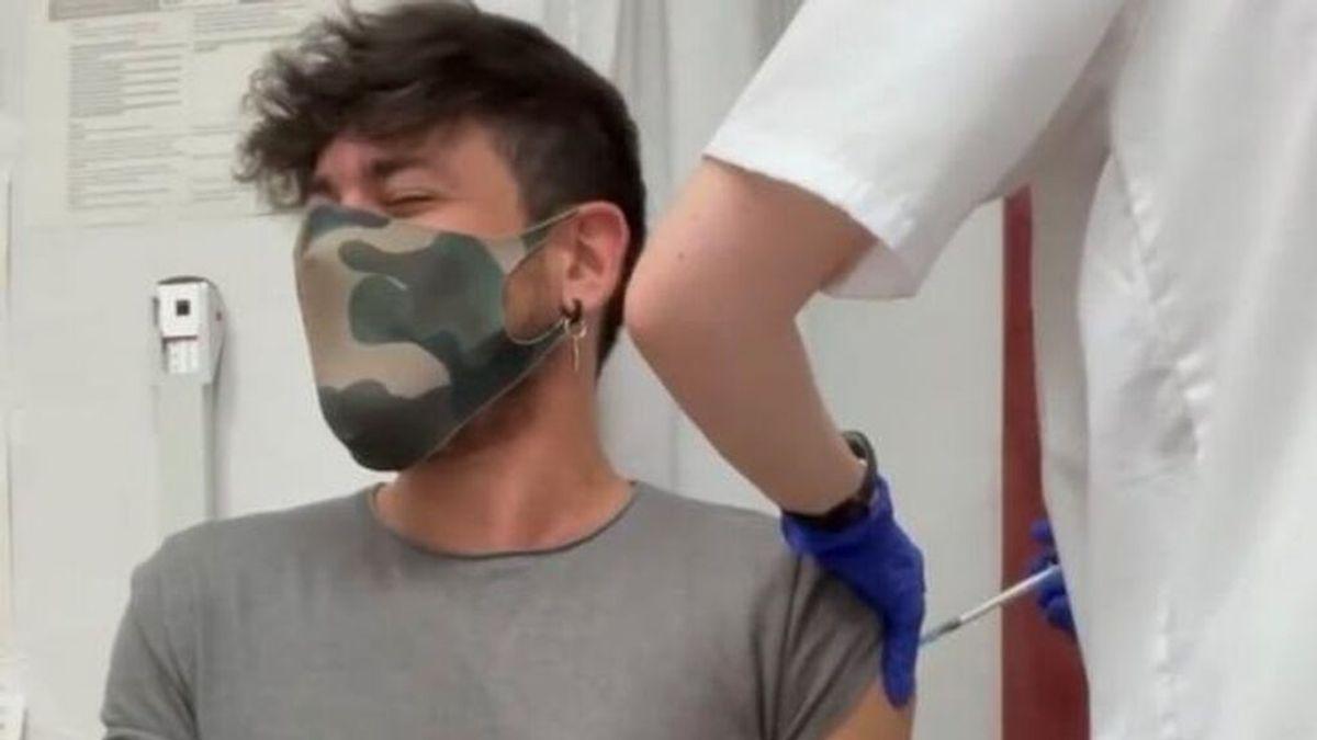"""La dramática reacción viral de Luis Cepeda tras ser vacunado de coronavirus: """"¡Me duele!"""""""
