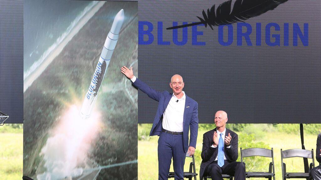 Bezos compara su cohete con el de Branson y dice que el suyo es mejor y vuela más alto