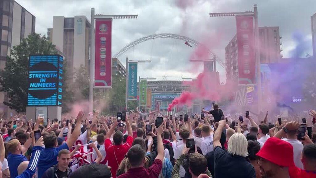 Miles de aficionados ingleses toman Wembley antes de la final de la Eurocopa