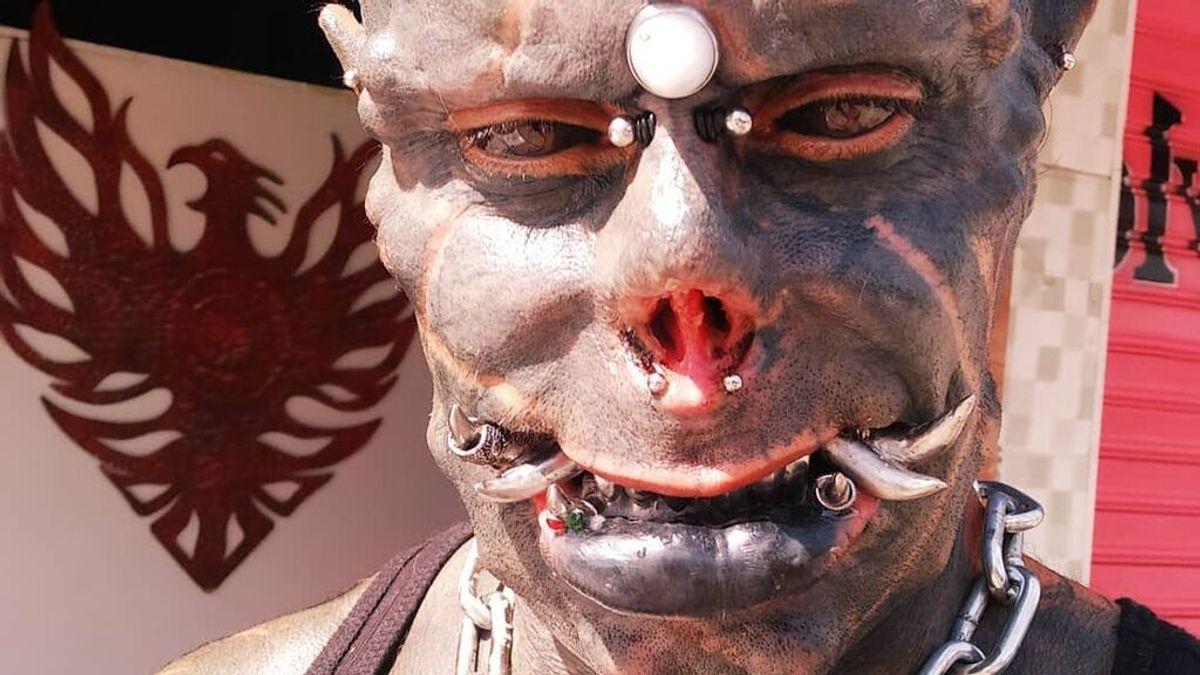 El tatuador brasileño Michel Faro do Prado consigue convertirse en el 'satán humano' después de 25 años de transformaciones