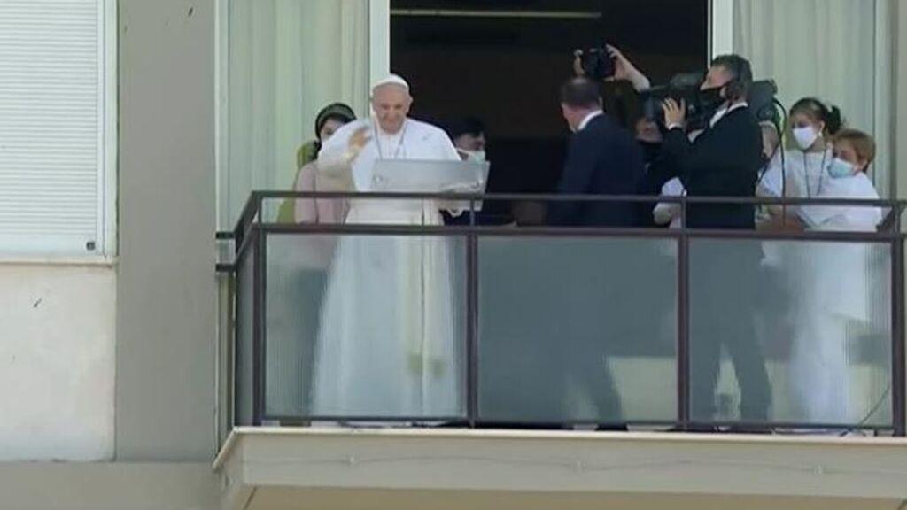 El Papa reza el Ángelus asomado a un balcón del hospital donde se recupera